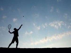 Rapaz treinando tênis