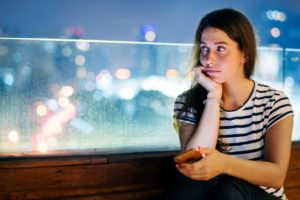 Mulher ansiosa e infeliz
